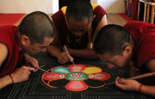 Monaci Buddisti impegnati nella realizzazione di un Mandala
